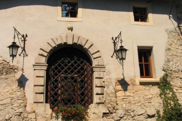 zamek-korzkiew-budynek-bramny