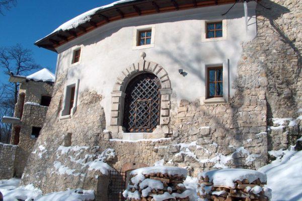 zamek-korzkiew-budynek-bramny-zima